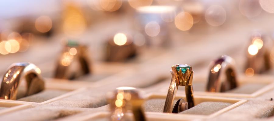 Guldringar juveler ädelstenar